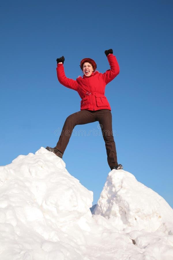 小山夹克红色雪妇女 免版税图库摄影
