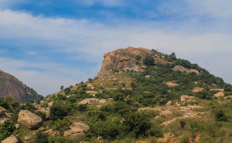 小山或小山在天空蔚蓝下 免版税库存照片