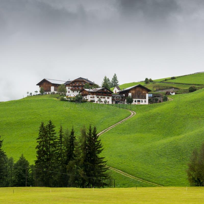 小山的典型的山房子在女低音阿迪杰/南部蒂罗尔,意大利 免版税库存图片