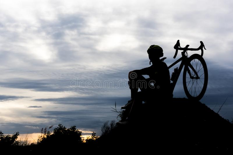 小山的剪影自行车循环的人 放松并且炫耀概念 免版税库存照片