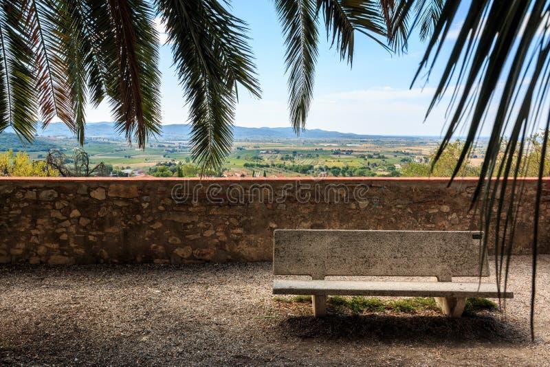 小山的基于在老镇俯视托斯坎乡下,意大利的苏韦雷托 库存照片