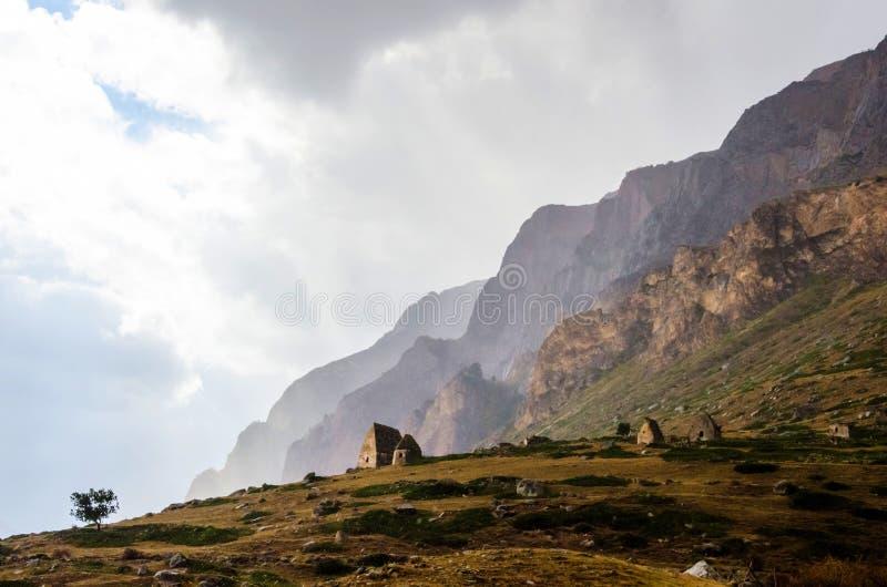 小山的大墓地在El附近Tyubyu村庄  免版税库存照片
