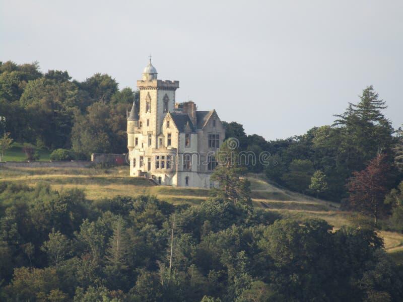 小山的异常的房子在Dunoon 免版税库存图片