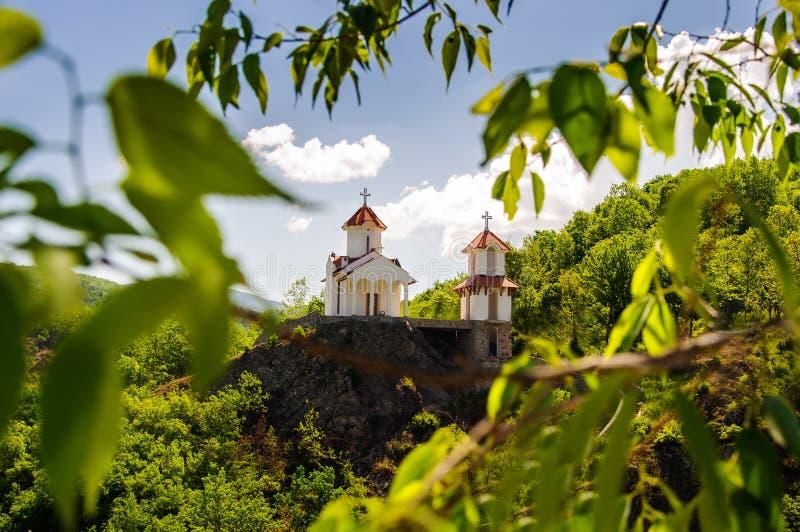 小山的教会在Prolom Banja,塞尔维亚 免版税库存照片