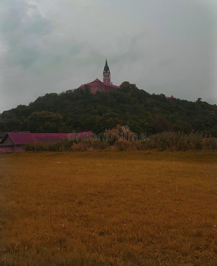 小山的教会 免版税库存图片