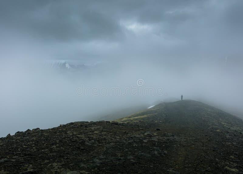 小山的有雾的上面的美丽的射击 图库摄影
