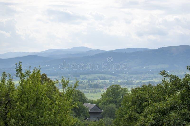 小山的议院在村庄上 库存图片