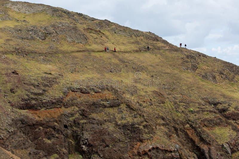 小山的远足者 免版税库存照片