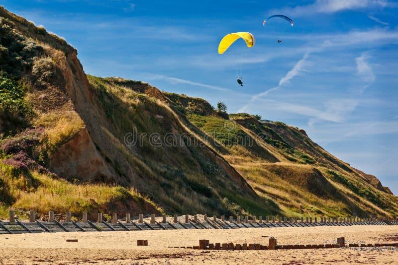 小山的靠海滨的滑翔伞 库存图片