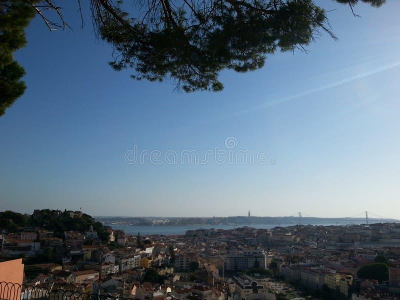 从小山的顶端被看见的里斯本 免版税库存照片