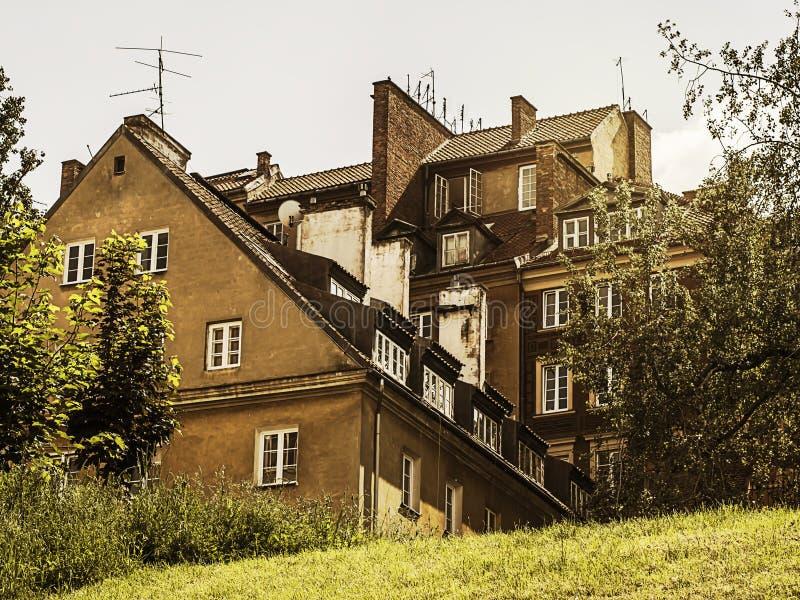小山的黄色经济公寓住宅 免版税图库摄影