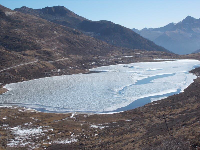 小山的冻湖 库存照片