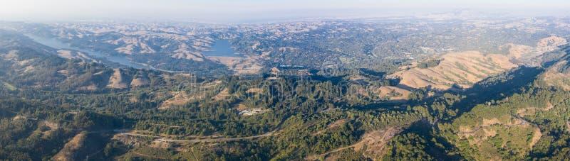 小山空中全景在东湾,北加利福尼亚 免版税图库摄影