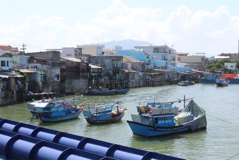 小山芽庄市的令人惊讶的看法与蓝色渔船的 免版税库存图片