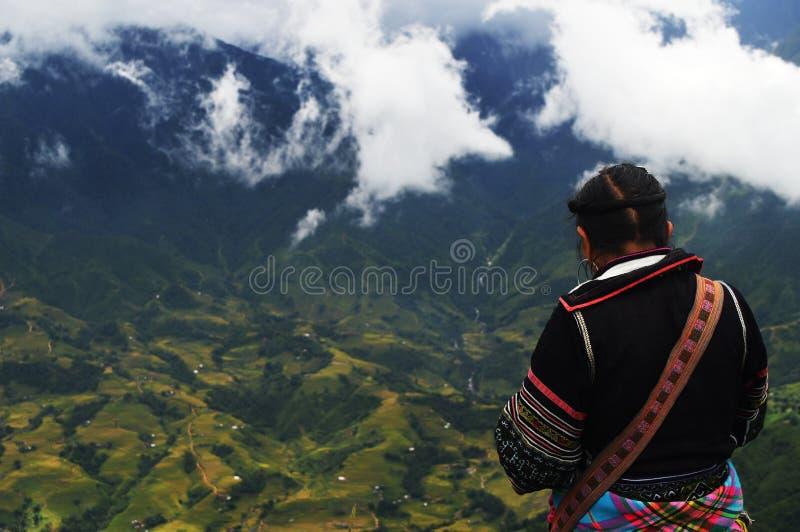 小山部落妇女俯视的稻米在Sapa,越南 库存照片