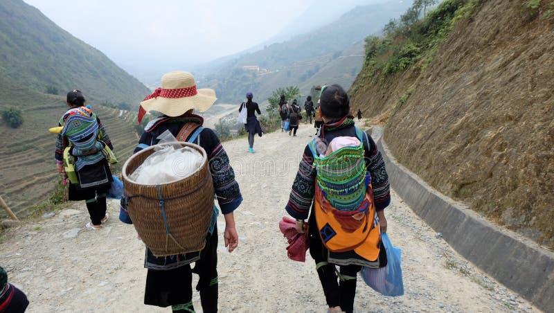 小山部落给迁徙带来婴孩在山在Sapa,越南 免版税图库摄影