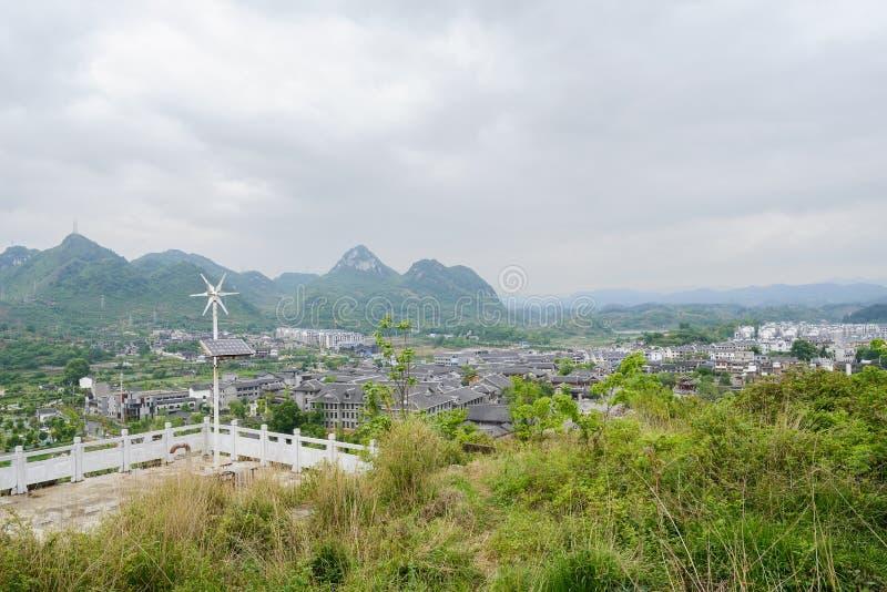 小山顶俯视多云的balustraded平台青岩镇 免版税库存照片