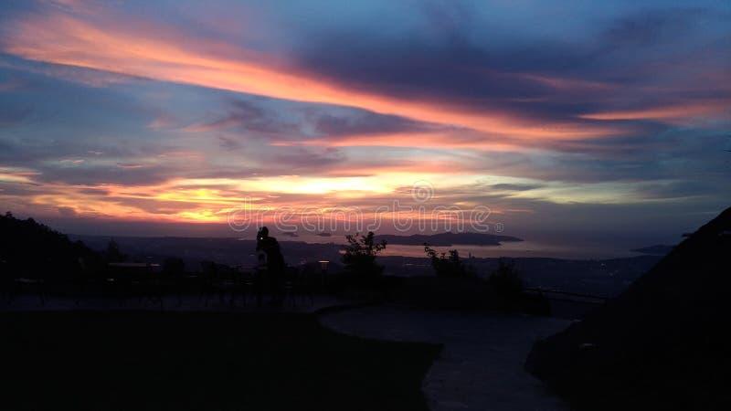 小山顶日落视图 免版税图库摄影