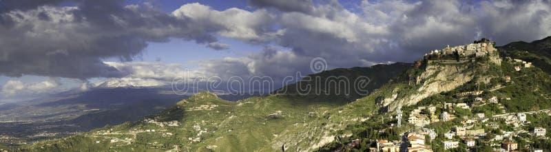 小山顶村庄卡斯泰尔莫拉和Etna的全景 免版税库存照片
