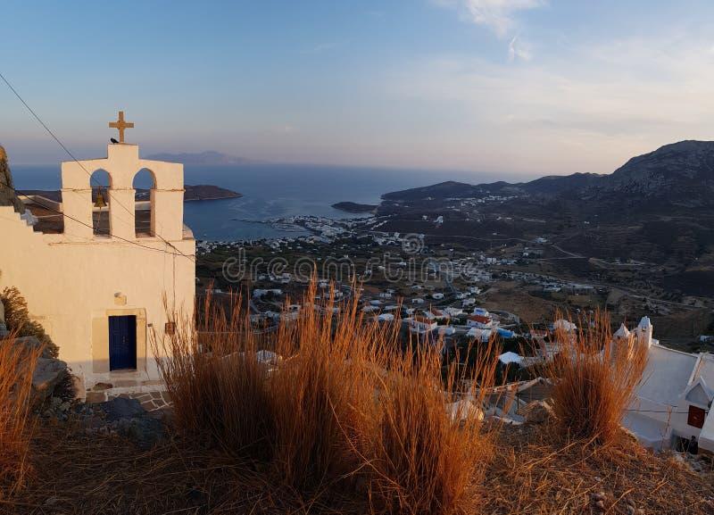 小山顶的教会在锡弗诺斯岛 库存图片