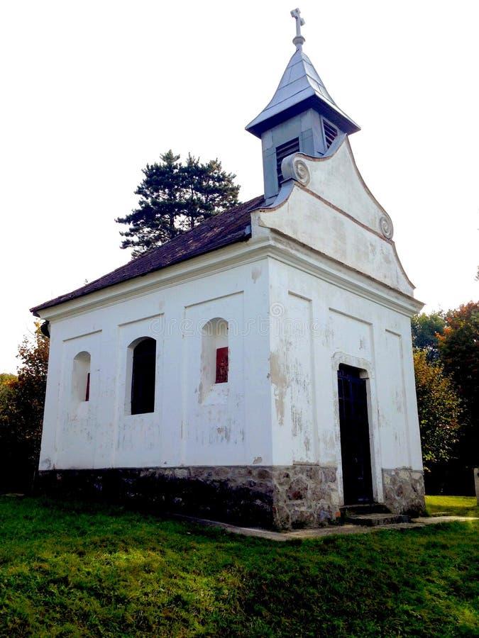 小山顶的教堂 免版税库存照片