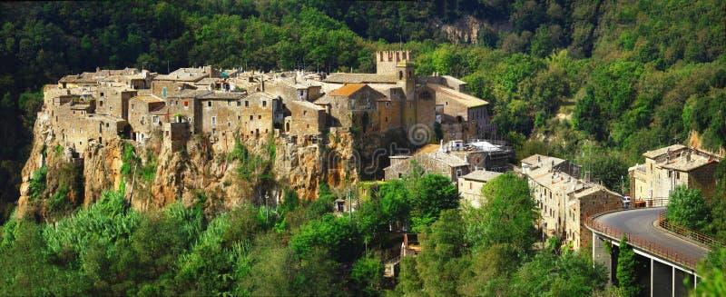 小山顶面村庄卡尔卡塔,意大利 库存照片