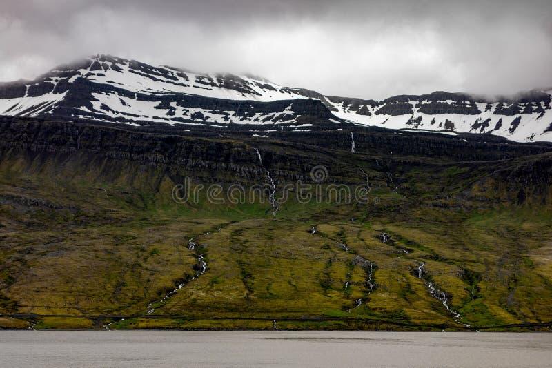 小山风景与许多小瀑布的在冰岛 免版税库存照片