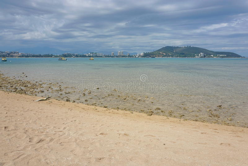 从小岛谬传新喀里多尼亚的海岸线努美阿 免版税库存照片