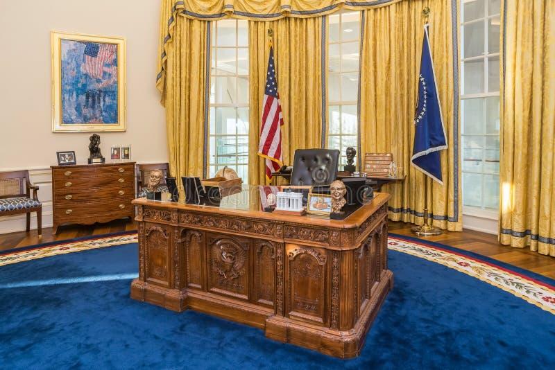小岩城, AR/USA -大约2016年2月:在白宫的白宫椭圆形办公室复制品的表在比尔・克林顿总统中心 库存照片