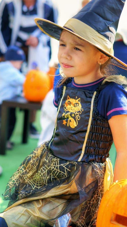 小巫婆女孩在万圣夜 免版税库存图片