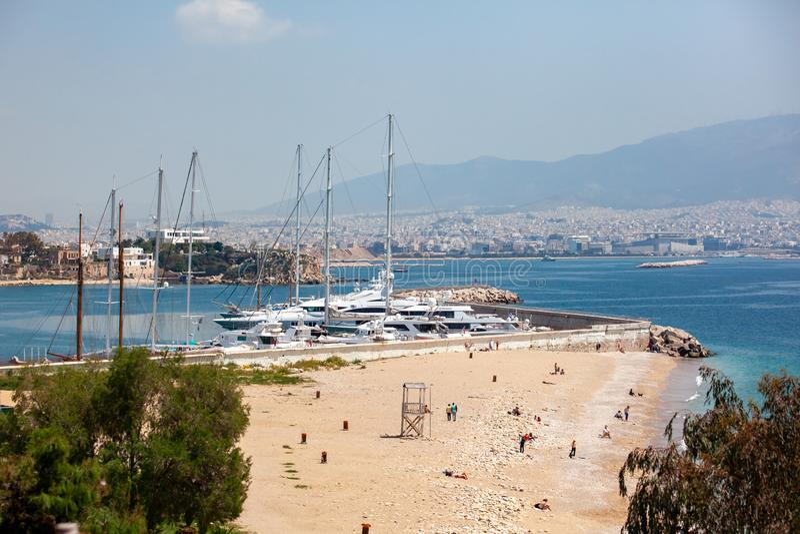 小帆船和游艇靠码头在比雷埃夫斯,希腊港  免版税图库摄影