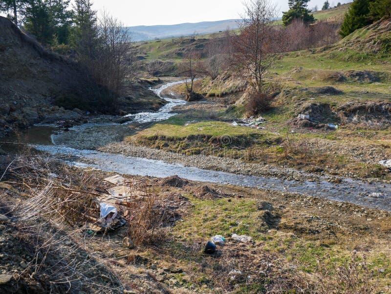 小干净的小河污染与人的垃圾 库存图片