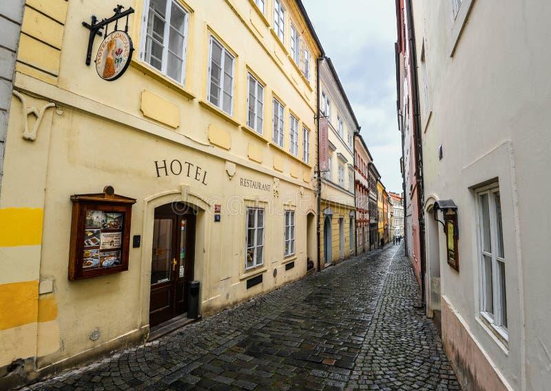 小店旅馆康斯坦斯位于布拉格历史和政府区的心脏从查理大桥的一些步 免版税图库摄影