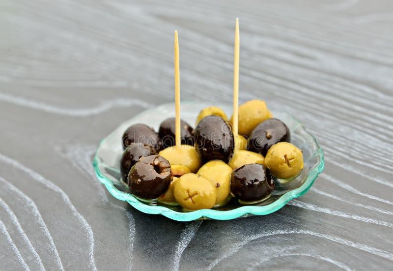 小开胃菜用黑和绿橄榄 免版税库存图片