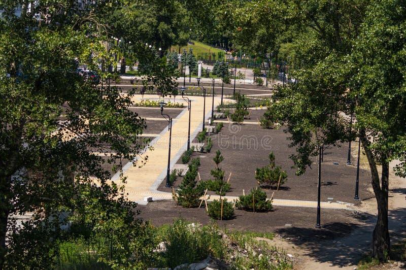 小径在一个公开城市公园 免版税库存照片