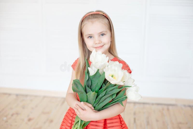 小微笑的女孩孩子画象五颜六色的礼服的 免版税图库摄影