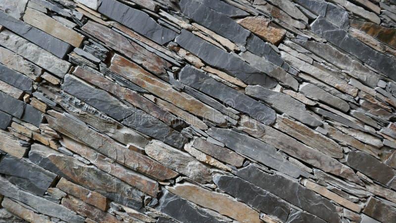 小心地被堆积的自然石头片断墙壁  免版税库存照片