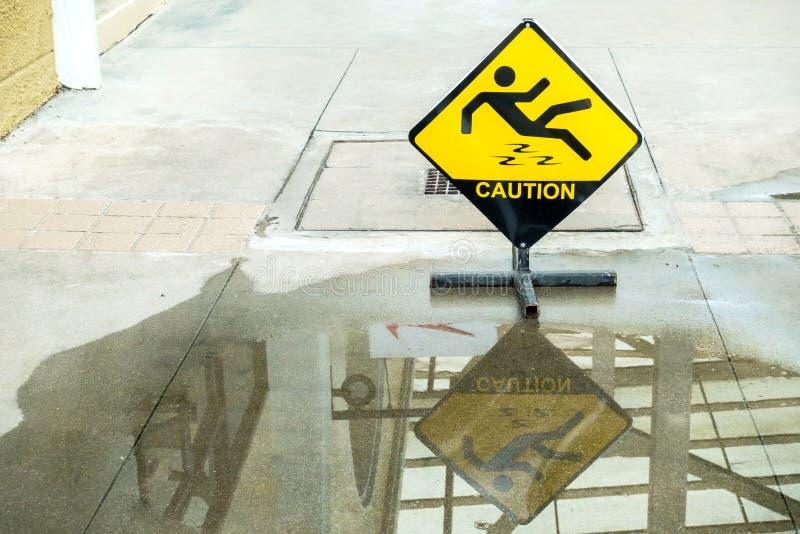 小心湿地板的标志警告 免版税库存图片