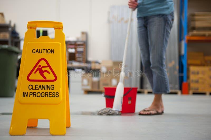 小心湿清洁的楼层 图库摄影
