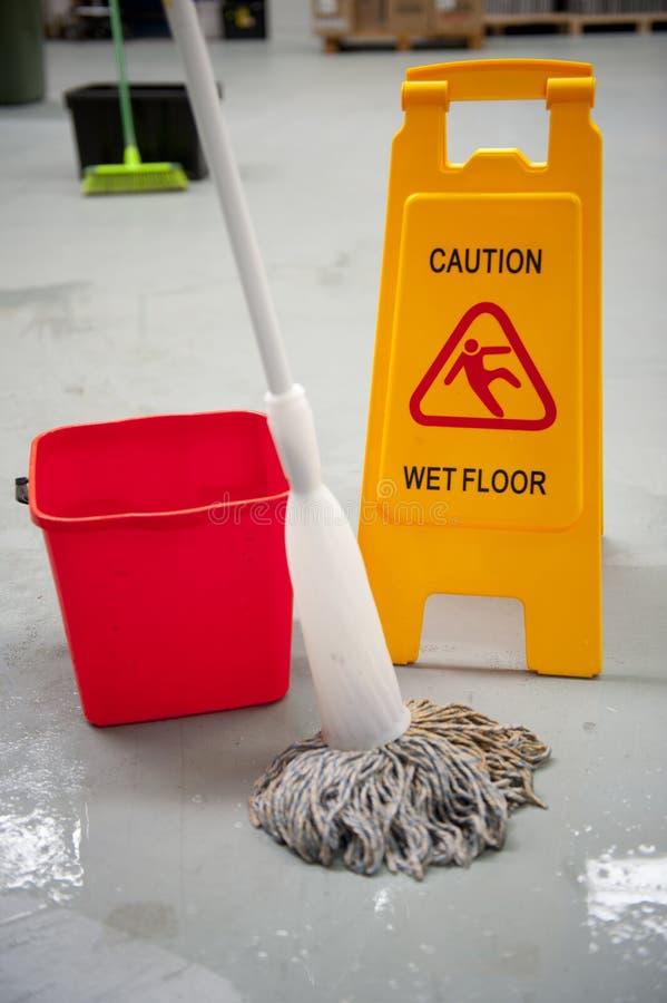小心湿清洁的楼层 免版税图库摄影