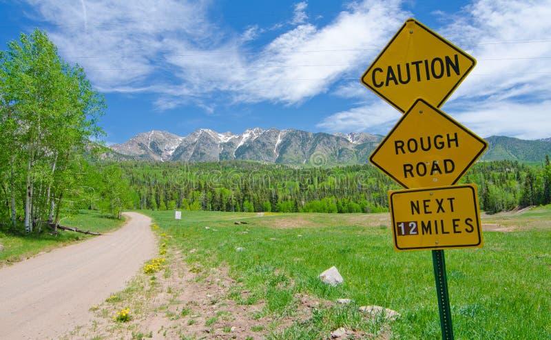 小心: 粗砺的在科罗拉多路标圣胡安山 库存照片