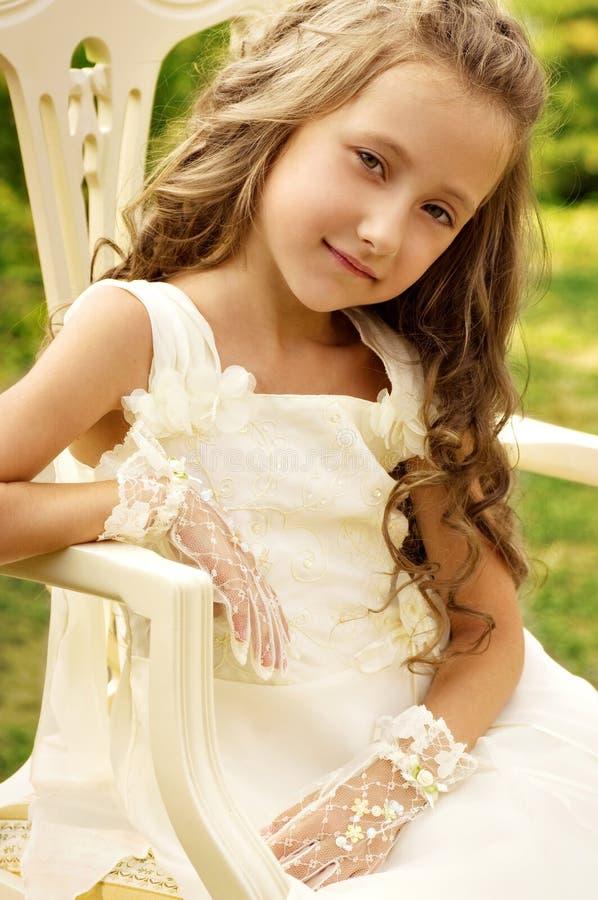 小愉快的女孩在庭院里 免版税库存图片