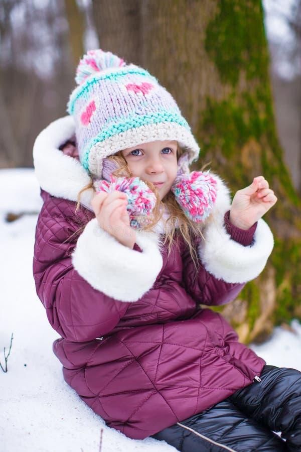 小愉快的女孩画象晴朗的雪的 免版税库存图片
