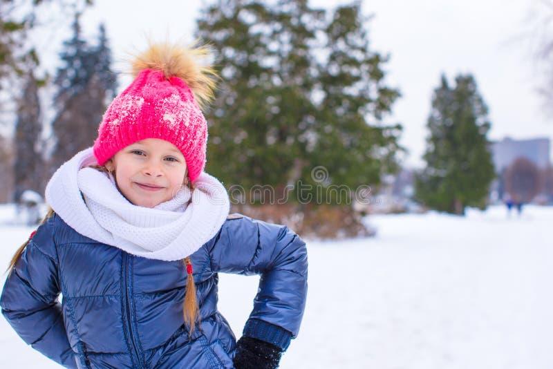 小愉快的女孩画象晴朗的雪的 库存照片