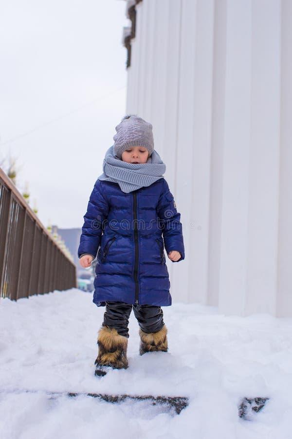 小愉快的女孩画象晴朗的雪的 免版税图库摄影