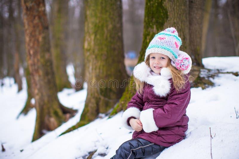 小愉快的女孩画象晴朗的雪的 图库摄影