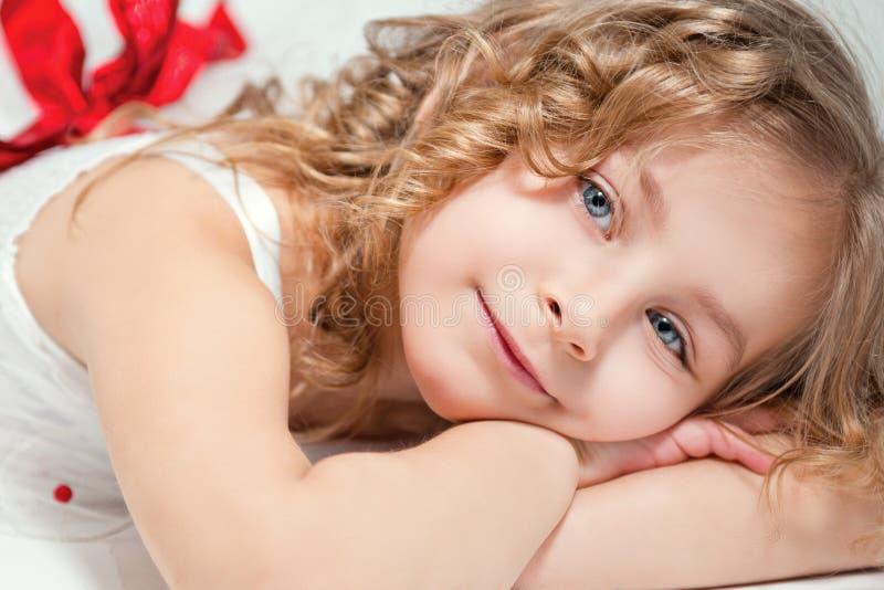 小愉快的美丽的女孩画象  图库摄影