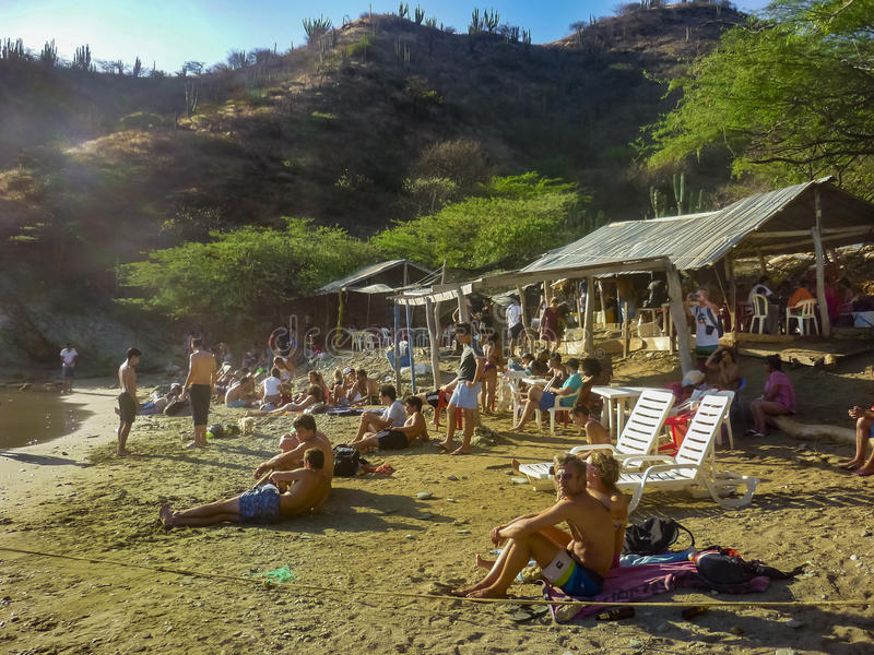 小拥挤海滩在Taganga哥伦比亚 免版税图库摄影