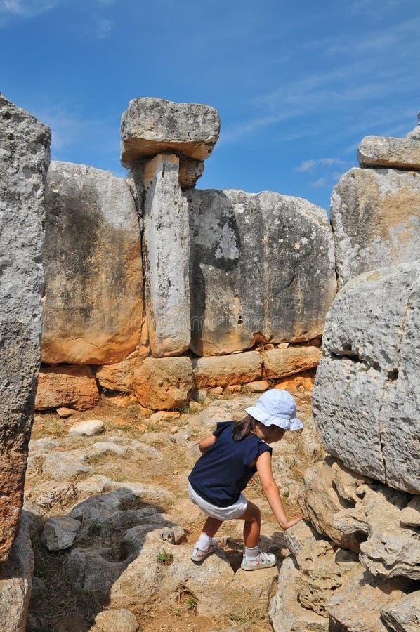 小探险家在Torre d ` en Galmés, Menorca海岛,西班牙 免版税图库摄影