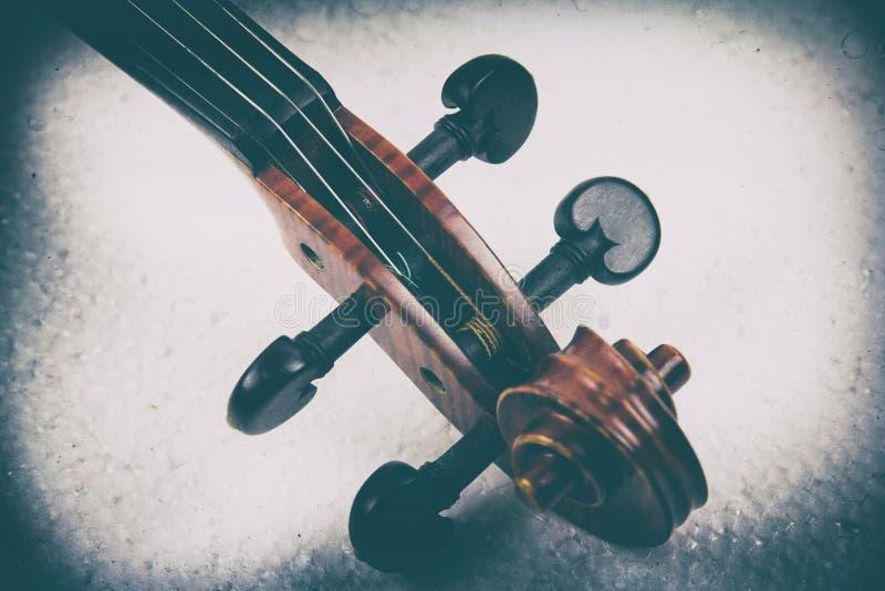 小提琴、纸卷、Pegbox和脖子的建筑的抽象派设计背景,在剧烈和粒状影片口气,葡萄酒a 免版税库存照片